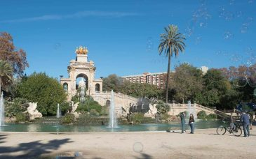 tourists at the fountain in ciutadella park