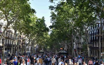 a ton of tourists looking for things to do on the rambla barcelona