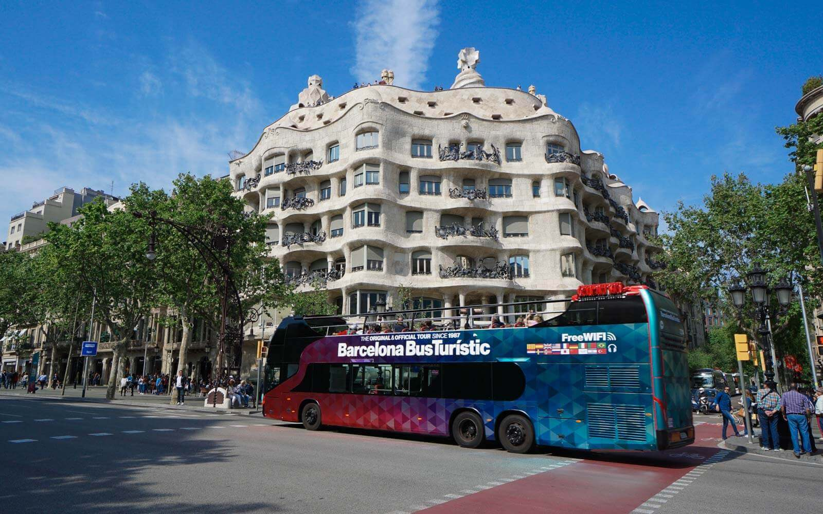the barcelona bus tour in front of la pedrera