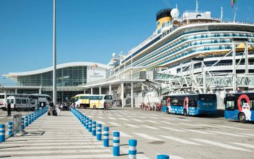 barcelona cruise ship passengers get off at the dock